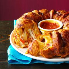 Pizza Monkey Bread Recipe -I cannot throw a party without making this recipe. It… Pizza Monkey Bread Recipe -I cannot throw a party without making this recipe. It's fast, easy and my kids love it. Bagels, Pizza Monkey Bread, Bread Pizza, Bread Cake, Pizza Pizza, Bread Recipes, Cooking Recipes, Lasagna Bread Recipe, Veg Recipes