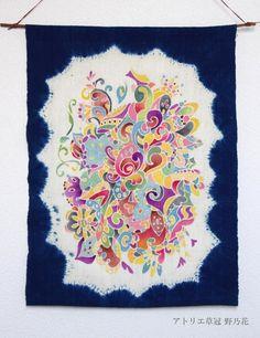 手織り綿を帽子絞りで藍染後、生成を残した部分に筒描顔彩した作品です。蒅(すくも)、ふすま、木灰、石灰を使用し、自然発酵建の方法で藍液を作りました。筒描の糊はも...|ハンドメイド、手作り、手仕事品の通販・販売・購入ならCreema。