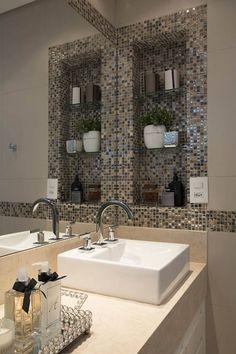 Decoração de banheiro com nicho e prateleiras de vidro Projeto de Semiramis Alice Assunção Simões