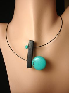 Inspiré par les virages prennent de nos vies...  Un collier rotatif qui se tord et se transforme, tout comme le fait de votre journée !  Ce collier combine un noir en bois bar avec un disque gros rocher turquoise et une petite boule turquoise pour un collier BOLD et amusant. Le fil de cou 17 en acier inoxydable noir a une fermeture magnétique dans le dos.  Le collier peut être porté avec le grand disque sur haut ou bas.