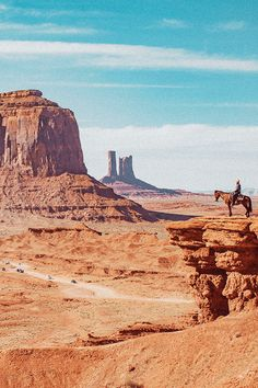 Cowboy on horse in Monument Valley (Arizona / Utah)