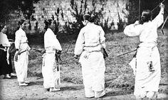 1910년 여성 궁도 Korean Traditional, Traditional Outfits, Old Pictures, Old Photos, Vintage Photographs, Vintage Photos, Korean Photo, Korean People, Korean War