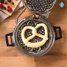 What you can do with pretzel dough from the freezer: We made it poor knights and baked the Beez blanks in the waffle iron! A very good idea for a quick recipe that tastes sweet and salty# HEALTHY Easy Cake Recipes, Quick Recipes, Cooking Recipes, Eggnog Rezept, Pretzel Dough, Cheesecake, Waffle Iron, French Food, Sweet And Salty