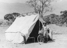 Podróżnik Kazimierz Nowak  z rowerem stoi przy namiocie poszukiwaczy złota. Kongo Belgijskie, 1933 rok. - zdjęcie