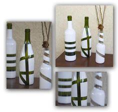 Vinflasker, har haft bånd i forskellige størrelser bundet om, og derefter spraymalet, båndene tages forsigtig af = billige vaser/ dekorationer