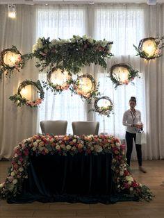 how to set wedding head table Diy Wedding Photo Booth, Wedding Stage, Photo Booth Backdrop, Backdrop Ideas, Ceremony Backdrop, Wedding Backdrops, Sweetheart Table, Decoration Table, Centerpiece Ideas