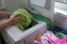 Clean laundry should smell fresh, but sometimes stubborn smells linger on clothes, even after they've been washed. How to freshen smelly towels/laundry. Smelly Laundry, Smelly Towels, Laundry Hacks, Diy Cleaning Products, Cleaning Solutions, Cleaning Hacks, Smelly Clothes, Washing Clothes, Homemade Laundry Detergent