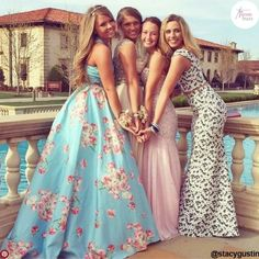 prom photography Ideas Photography Ideas For Friends Group Prom Photos For 2019 Homecoming Poses, Homecoming Pictures, Prom Photos, Senior Prom, Prom Pics, Prom Group Poses, Formal Dance, Formal Prom, Prom Photography Poses