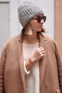 Street Style, hand knit hat, love the coat too Fashion Mode, Look Fashion, Womens Fashion, Fashion Trends, Looks Style, Style Me, Mode Outfits, Fashion Outfits, Look Street Style