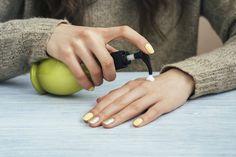 Wer seine Hände auf natürliche Weise geschmeidig pflegen will, der kann sich seine Handcreme einfach selber machen. Hier findest Du die passende Anleitung!