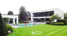 MODERNE VILLA MET ZWEMBAD EN PRACHTIG POOLHOUSE OP TOPLOCATIE Op 2.349 m²: ruime, open liv, eetkamergedeelte, salon m OH, bureel, zeer rme leefeetkkn, 4 slpks, 2 bdks, garage, overdekt terras m verw zwembad en poolhouse. Ref. 3482