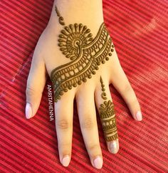 Revisiting one of my old layouts. Loved recreating it after long! Happy Sunday All :) #sunday #henna #hennaart #sundayfunday #hennaartist…