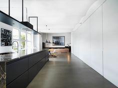 Wie es sich für ein Loft gehört, gehen der Wohn-, Koch- und Essbereich fließend ineinander über. Von der Küche aus können wir deshalb bereits einen Blick auf das Esszimmer auf der linken Seite und das Wohnzimmer, das sich am Ende des großen Raumes befindet, werfen. https://www.homify.de/ideenbuecher/25216/cooles-kuenstlerloft-in-berlin-mitte