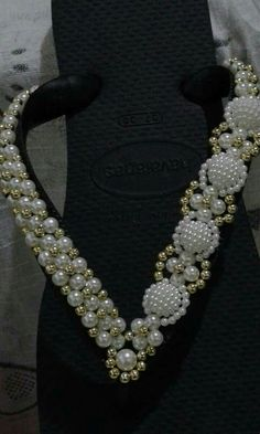 It's so great idea, beads for sandaljepit Beaded Beads, Beaded Shoes, Pearl Jewelry, Beaded Jewelry, Jewelery, Shoe Crafts, Jewelry Crafts, Crochet Bedspread Pattern, Decorating Flip Flops