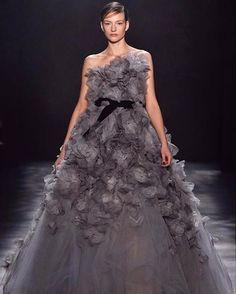 Uma das marcas favoritas das celebridades na hora de escolher um vestido de festa a @marchesafashion transforma sua passarela em um conto de fadas dramático! Os looks aparecem cheios de bordados de flores bem delicados brocados dourados rendas e saias com bastante volume. (Vídeo: @firstviewphoto) #bazaarnanyfw #marchesafashion #marchesa  via HARPER'S BAZAAR BRAZIL MAGAZINE OFFICIAL INSTAGRAM - Fashion Campaigns  Haute Couture  Advertising  Editorial Photography  Magazine Cover Designs…