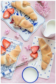 Rezept für schnelle Butterhörnchen, gefüllt mit Marmelade (inkl. Thermomix Rezept). Perfekt vorzubereiten für das Frühstück am nächsten Tag.