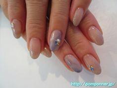 ブルーとホワイトをニュアンスで色をのせたネイル Art of the ring finger is the fall nail a point. Both ring finger has put a color in the nuances Blue and white. To create a gradient in gray beige, nails and other embellished a little side Stone.