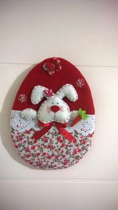 Guirlanda de Páscoa Vermelha - By Criar Artesanatos Easter Projects, Easter Crafts, Holiday Crafts, Craft Projects, Felt Crafts, Fabric Crafts, Diy And Crafts, Felt Decorations, Felt Christmas Ornaments