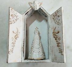 Oratório mini, decorado com stencil , anjinho e Nossa Senhora Aparecida de gesso.
