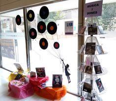 "Aparador ""Dones i música"" a la Biblioteca Central de Santa Coloma de Gramenet. #aparadorsculturals #diadeladona #donesimúsica"
