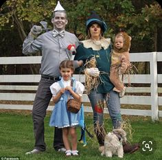 Amy and Lance Buckley were found dead with their two young daughters Claire, five, and Abigail, 17 months, on Thursday in a suspected murder suicide. The family is seen above on Halloween Halloween Costume Couple, Classic Halloween Costumes, Scarecrow Costume, Theme Halloween, Halloween Outfits, Mother Daughter Halloween Costumes, Scarecrow Wizard Of Oz, Belle Halloween, Halloween Couples