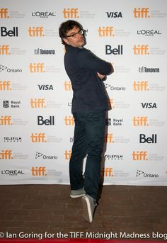 Silly Jemaine pose. Aha! A shoe clue!