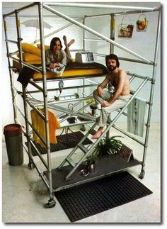 Living Cubes and Resource Tower from Nomadic Furniture (this looks like it would be fun for a kid. bed above closet below.) dormitorio organizado en torre compuesto por un andamio Nomadic Furniture, Pipe Furniture, Furniture Projects, Home Projects, Cool Furniture, Furniture Design, Furniture Outlet, Furniture Cleaning, Furniture Removal