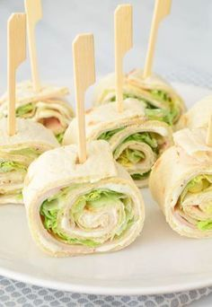 We are probably not the only family that runs tasty wraps for birthdays. The best known is of course the wrap with herb cheese, chicken fillet and lettuce. Snacks Für Party, Easy Snacks, Easy Healthy Recipes, Healthy Snacks, Plats Ramadan, Good Food, Yummy Food, Appetisers, Churros
