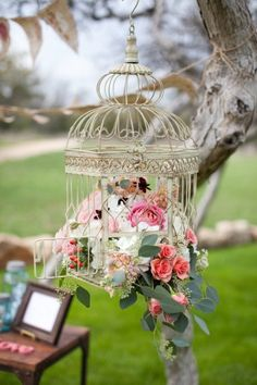 Stylish for any outdoor wedding! Birdcages and flowers <3   www.raspberrywedding.com