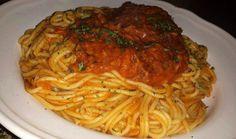 Recept voor spaghetti al tonno. Schil de tomaten en snij deze grof, schil de paprika's en snij deze in blokjes. Schil de ui en snij deze ook in kleine blokjes. Zet alles op het v