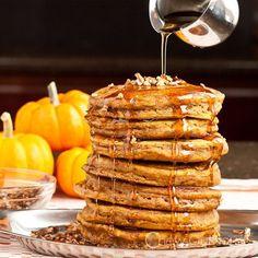 カボチャのピューレを使って作る、ふんわりとした食感のおいしいパンケーキのレシピをご紹介します。材料は少し多めで難しく見えるかもしれませんが、粉類&それ以外を混ぜて合わせて焼くだけの簡単レシピです♡