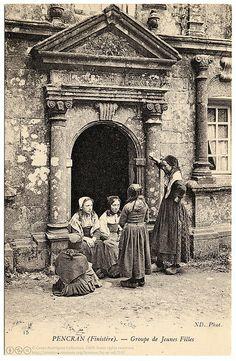 Confidences (c.1907) 15 Pencran (Finistère). - Groupe de Jeunes Filles Vintage photographic postcard, c.1907, uncirculated, divided green back, published by Neurdein (ND Phot.), France.