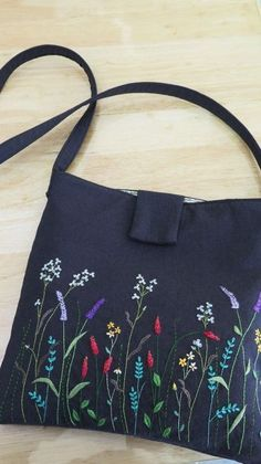 New Embroidery Bag Stitching Ideas Embroidery Flowers Pattern, Embroidery Bags, Hand Embroidery Stitches, Hand Embroidery Designs, Patchwork Bags, Fabric Bags, Handmade Bags, Bag Making, Purses And Bags