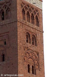 """Alminar almohade de Marrakech, Marruecos Uno de los elementos arquitectónicos en que más destacaron los construtores almohades fue en los alminares de las mezquitas. Hay una trilogía de alminares de gran belleza y monumentalidad que, además, muestran importantes analogías entre sí. Nos referimos a la torre Kutubiya de Marrakech, la de Hassan de Rabat y la de la Mezquita de Sevilla (Giralda). Desde el punto de vista estructural, coinciden en disponer de una torre central """"rodeada"""" de otra…"""