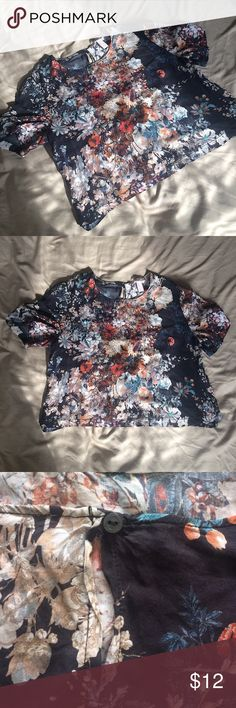 Floral Cropped Blouse Floral cropped Blouse from Forever 21. Has gorgeous colors. Has a detail of a button in back.❤ Forever 21 Tops Blouses