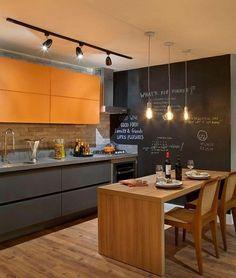 Cozinha aberta com lousa, detalhes em amarelo e cadeiras especiais