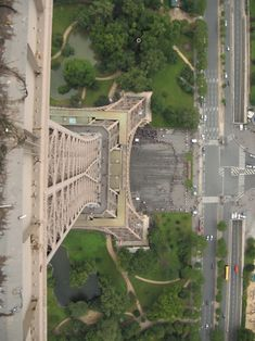 chasing1000suns: i've seen so many pics of the eiffel tower but never from this perspective..love it