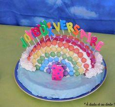 Présentation de la table d'anniversaire sur le thème de l'arc-en-ciel. Birthday Cake, Desserts, Food, Kitchens, Cake Birthday, Tailgate Desserts, Deserts, Birthday Cakes, Essen