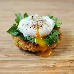 ♥ Quinoa Cakes with Poached Egg and Parsley. #breakfast #mains