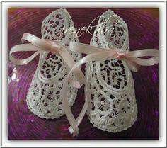 Patucos Booties Crochet, Baby Booties, Baby Shoes, Irish Crochet, Crochet Lace, Types Of Lace, Baby Bonnets, Christening Gowns, Linens And Lace
