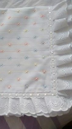 Manta bebe by christian Cradle Bedding, Baby Sheets, Baby Embroidery, Baby Sewing Projects, Heirloom Sewing, Pretty Baby, Baby Crafts, Kids And Parenting, Baby Quilts