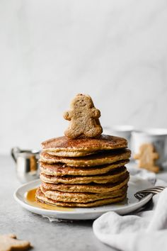 pancake healthy Sweet, wholesome,Healthy Gingerbread Oatmeal Pancakes recipe thats perfect for this holiday season! Made with rolled oats, yogurt, and banana (gluten free). Serve for holiday brunch or freeze for easy breakfast meals throughout the week! Oatmeal Pancakes, Pancakes And Waffles, Potato Pancakes, Baked Oatmeal, Dessert Simple, Dessert Minute, Gingerbread Pancakes, Gingerbread Recipes, Breakfast Recipes
