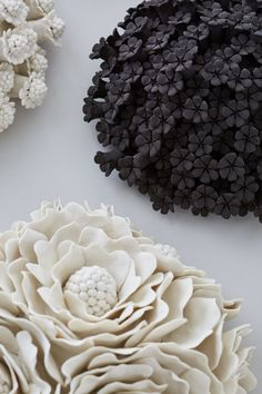 Vanessa Hogge, flowerheads in porcelain and black stoneware Ceramic Wall Art, Ceramic Clay, Ceramic Pottery, Pottery Art, Ceramic Flowers, Clay Flowers, Slab Ceramics, Diy Tableware, Pottery Workshop