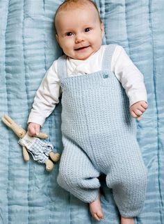Selebukser til baby Knitting For Kids, Baby Knitting Patterns, Baby Patterns, Baby Dungarees Pattern, Brei Baby, Baby Boy Outfits, Kids Outfits, Baby Barn, November Baby