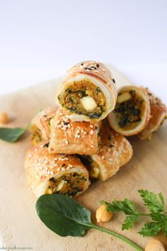 chickpea and sweet potato sausage rolls Sub the egg and skip the cheese. Spinach, chickpea and sweet potato sausage rolls Fingerfood Recipes, Fingerfood Party, Party Appetizers, Party Snacks, Appetizer Recipes, Dinner Recipes, Veggie Recipes, Vegetarian Recipes, Cooking Recipes