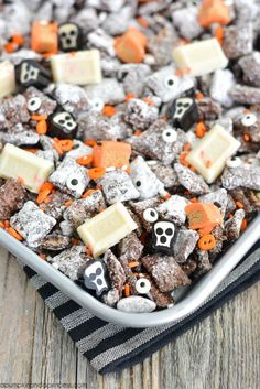 HALLOWEEN MUDDY BUDDIES – looking for an easy Halloween treat? This muddy buddies recipe is great for a Halloween party or spooky movie night! #halloweentreats