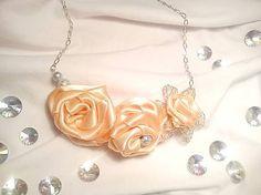 Šitý náhrdelník z kolekcie na želanie v jemných broskyňových farbách, kovové korálky, stužky, drôtikované detaily a zapínanie na skobičku....
