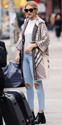 Look of the Day Gigi Hadid gave her white tee and light distressed jeans a playful spin with a statement-making oversized jacquard Tory Burch coat, complete with tortoiseshell sunnies and black ankle boots. Punk Outfits, Grunge Outfits, Casual Outfits, Modest Outfits, Skirt Outfits, Looks Style, Style Me, Kendall Jenner, Look Boho Chic