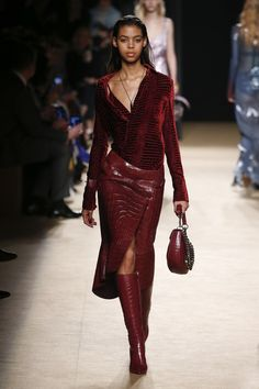 fall beauty The complete Roberto Cavalli Fall 2018 Ready-to-Wear fashion show now on Vogue Runway. Elle Fashion, Red Fashion, Fashion 2018, Look Fashion, Runway Fashion, Fashion Outfits, Womens Fashion, Fashion Design, Milan Fashion