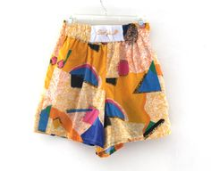 Great 80s print pull on shorts, two side pockets, elastic waist. Tag size (womens) medium. 65% polyester/35% cotton Measures laying flat: 26